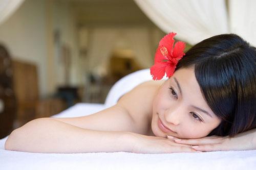 Chăm sóc tóc đẹp bằng hoa dâm bụt