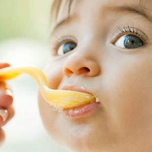 Có nên cho bé ăn dầu ăn?