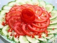 Thực đơn giảm cân bằng súp cà chua lạnh và rau mùi