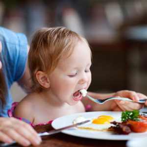 Hướng dẫn cách ăn trứng gà tốt nhất cho trẻ mà các mẹ nên biết