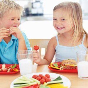 Theo các mẹ: Sữa hay thức ăn quan trọng với các bé?