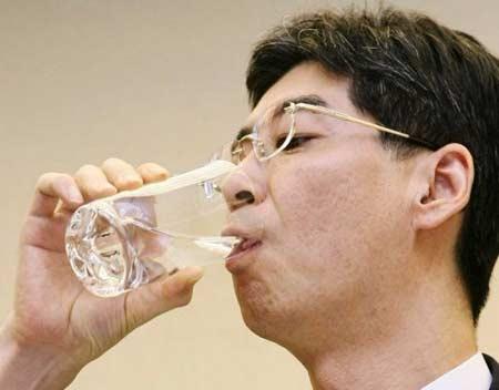 Thói quen uống nước lạnh buổi sáng gây yếu sinh lý nam giới