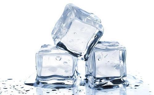 Dùng đá lạnh trị bệnh giời leo ở môi