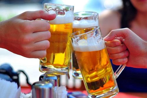 Người phong tê thấp hạn chế uống rượu bia