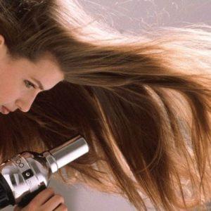 12 thói quen sai lầm làm cho tóc bạn rụng ngày càng nhiều hơn
