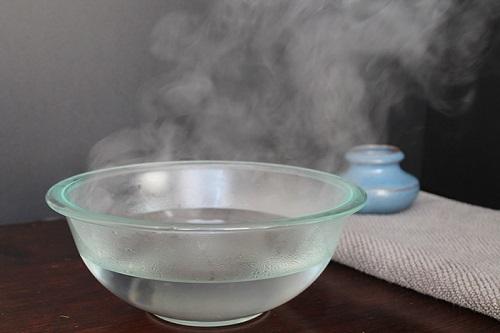 Ngâm hậu môn trong nước nóng để chữa bệnh trĩ
