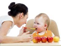 Đừng ngồi nhét trẻ ăn nhiều quá