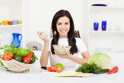 Giảm rụng tóc sau sinh bằng chế độ ăn uống