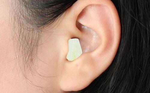 Nhét tỏi vào hai lỗ tai