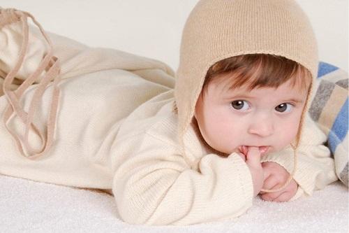 Cho trẻ mặc quần áo thoải mái