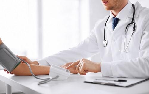 Thăm khám bác sĩ để điều trị xơ cứng bì hiệu quả