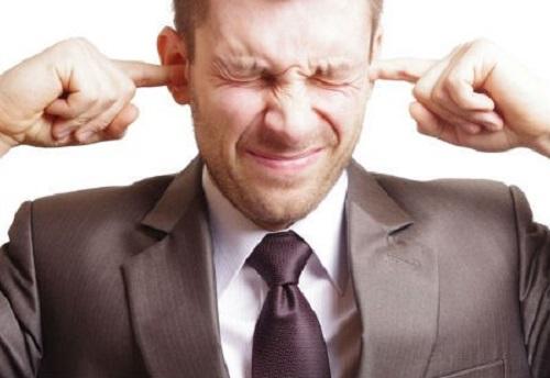 Bịt tai giúp chữa nấc cụt