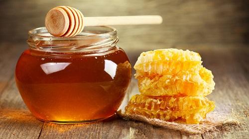 Chữa khô môi bằng mật ong
