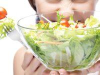 Những thực phẩm nên và không nên ăn để hết mụn