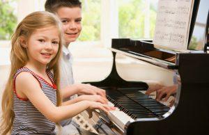 Âm nhạc sẽ kích thích đến nhiều phần não bộ khác nhau, giúp bé có thể tư duy tốt