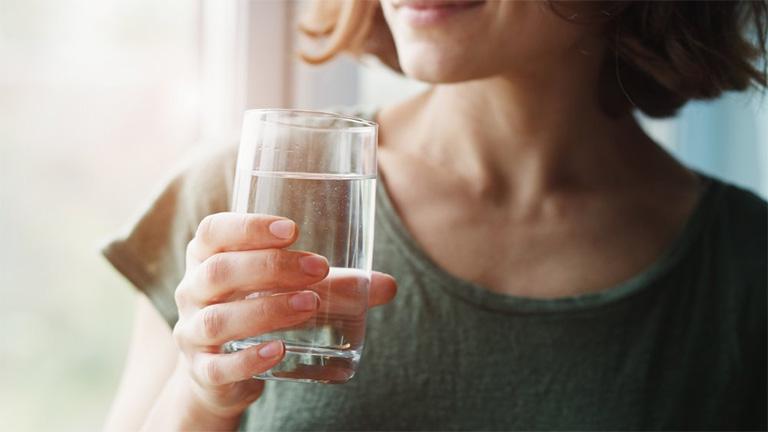 Người bệnh dạ dày nên cung cấp lượng nước vừa đủ cho cơ thể