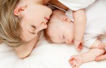 Bố mẹ ôm bé là cách giúp bé thông minh hơn – bạn đã biết
